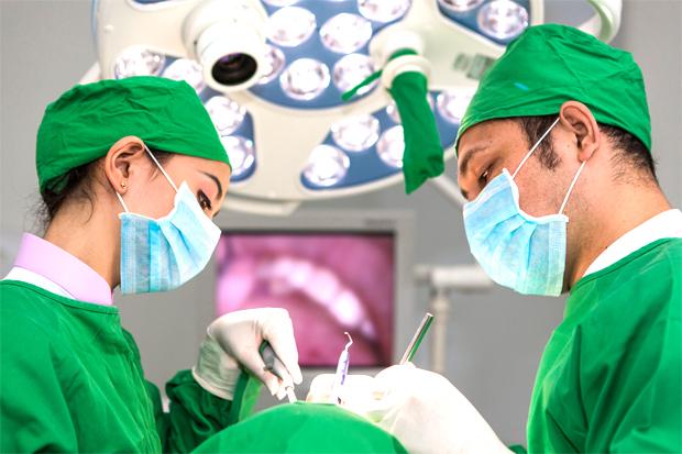 os melhores profissionais médicos na melhor clínica dentária em Almada